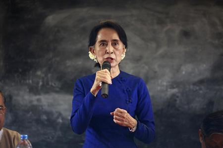 Myanmar pro-democracy leader Aung San Suu Kyi explains to villagers why she supports a copper mine project in Sarlingyi township March 13, 2013. REUTERS/Soe Zeya Tun