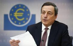 Mario Draghi, président de la Banque centrale européenne (BCE), a dispensé jeudi soir, en marge du sommet de Bruxelles, un cours magistral sur le coût du travail aux 17 chefs d'Etats et de gouvernements de la zone euro. /Photo prise le 7 mars 2013/REUTERS/Kai Pfaffenbach