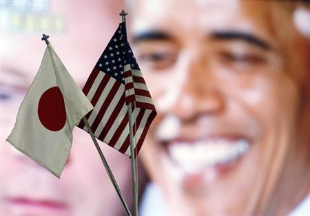 3月15日、米通商代表部(USTR)のマランティス代表代行は、安倍晋三首相が環太平洋連携協定(TPP)交渉参加を正式に表明したことを受け、日本政府は日米貿易障壁の解決に向けた前向きな姿勢を示す必要があると述べ、慎重ながらも歓迎する意向を示した。写真は都内の外国為替業者のテレビ前に立てられた日米両国旗。2012年11月撮影(2013年 ロイター/Toru Hanai)