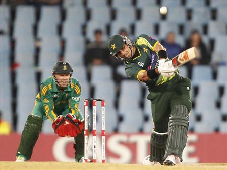 Pakistan's captain Misbah-ul-Haq (R) plays a shot next to South Africa's wicketkeeper AB de Villiers during their second One Day International (ODI) cricket match in Centurion, March 15, 2013. REUTERS/Siphiwe Sibeko