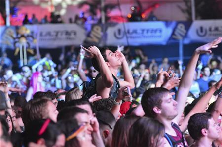 A crowd moves to the beat of electronic music during the Ultra Music Festival at Bayfront Park in Miami March 15, 2013. REUTERS/Gaston De Cardenas