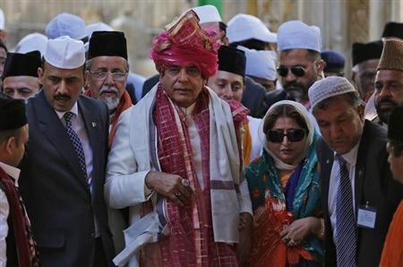 Pakistan's Prime Minister Raja Pervez Ashraf (C) walks after offering prayers at the shrine of Sufi saint Khwaja Moinuddin Chishti at Ajmer in Rajasthan March 9, 2013. REUTERS/Adnan Abidi
