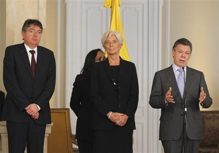 IMF chief Christine Lagarde (C), Colombia's Minister of Finance Mauricio Cardenas (L) and President Juan Manuel Santos attend a news conference at the Narino Presidential house in Bogota December 10, 2012. REUTERS/John Vizcaino