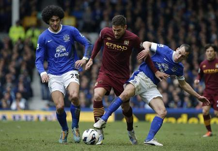 Everton's Leon Osman (R) and Marouane Fellaini (L) challenge Manchester City's Javi Garcia during their English Premier League soccer match at Goodison Park in Liverpool, northern England, March 16, 2013. REUTERS/Phil Noble