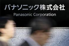 Le groupe japonais Panasonic envisage de céder son activité de solutions pour la santé pour améliorer sa situation financière mise à mal par les difficultés de ses téléviseurs à écran plan, selon deux sources au fait du dossier. /Photo d'archives/REUTERS