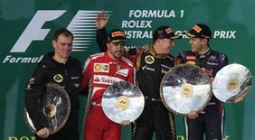 (E para D) Diretor de operações de pista da Lotus Alan Permane, os pilotos Fernando Alonso, da Ferrari, Kimi Raikkonen, da Lotus, e Sebastian Vettel, da Red Bull, seguram seus troféus após o Grande Prêmio da Austrália de F1, no circuito de Albert Park, em Melbourne. 17/03/2013 REUTERS/Scott Wensley