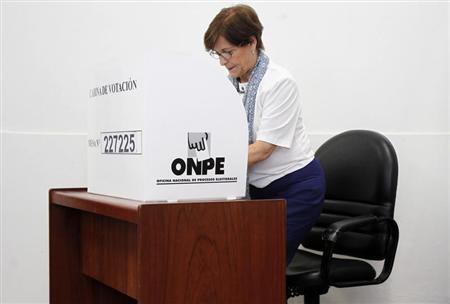 Lima's Mayor Susana Villaran marks her vote during the city's mayor recall election in Lima March 17, 2013. REUTERS/Enrique Castro-Mendivil