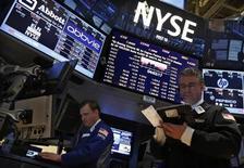 Трейдеры работают в торговом зале фондовой биржи в Нью-Йорке, 15 марта 2013 года. Американские фондовые рынки снизились в пятницу под давлением акций JPMorgan Chase, помешав индексу S&P 500 обновить исторический максимум. REUTERS/Brendan McDermid