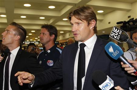 Suspended Australian cricket vice-captain Shane Watson (R) arrives at the Sydney International Airport March 12, 2013. REUTERS/Daniel Munoz