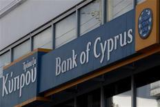 La taxation des dépôts bancaires à Chypre décidée par la zone euro suscite l'inquiétude, aussi bien chez les politiques, les investisseurs et la population qui craignent que cette décision inédite n'ait créé un précédent. a taxe prévue est de 9,9% pour les dépôts supérieurs à 100.000 euros et de 6,7% en deçà. /Photo prise le 17 mars 2013/REUTERS/Yorgos Karahalis