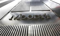 """Логотип агентства Moody's у входа в 7-й корпус Всемирного торгового центра в Нью-Йорке, 6 февраля 2013 года. Рейтинговое агентство Moody's снизило корпоративный рейтинг российской металлургической компании Мечел до """"B3"""" с """"В2"""" и изменило прогноз рейтинга на """"негативный"""" со """"стабильного"""". REUTERS/Brendan McDermid"""