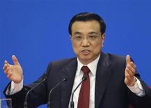 Новый премьер-министр Китая Ли Кэцян отвечает на вопросы во время пресс-конференции в Пекине, 17 марта 2013 года. Новый премьер-министр Китая Ли Кэцян заявил, что поддержание экономического роста является главным приоритетом для его правительства, пообещал борьбу со взяточничеством и корыстными интересами и призвал к завершению кибернетической ссоры с США. REUTERS/Jason Lee