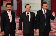 Fabrice Bregier (R), Airbus President and Chief Executive Officer, Rusdi Kirana (L), Lion Air Chief Executive Officer, and French President Francois Hollande (C) pose after a signing ceremony at the Elysee Palace in Paris, March 18, 2013. Airbus has signed a 18.4-billion-euro deal ($24 billion) with low-cost Indonesian carrier Lion Air for 234 single-aisle passenger planes, poaching one of archrival Boeing's fastest growing customers. REUTERS/Philippe Wojazer