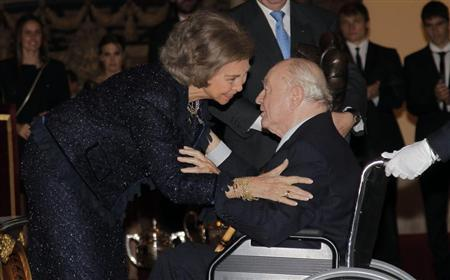 Real Madrid's honorary president Alfredo Di Stefano (R) receives the Francisco Fernandez Ochoa National Award trophy from Spanish Queen Sofia during the 2011 Spanish National Sports Awards ceremony at El Pardo Palace outside Madrid December 5, 2012. REUTERS/Jose Luis Cuesta