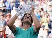Tenista espanhol Rafael Nadal segura troféu após derrotar o argentino Juan Martin Del Potro na final do Masters de Indian Wells, Califórnia. 17 de março de 2013. Nadal conquistou no domingo seu terceiro título em quatro eventos disputados desde seu retorno ao circuito da ATP, após sete meses afastado por uma lesão de joelho. 17/03/2013 REUTERS/Danny Moloshok