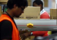 Funcionário embala caixas em centro de logística da Amazon em Graben, perto de Augsburg, Alemanha. O conflito com a Amazon devido ao aumento nas comissões pode beneficiar o eBay e criar oportunidade para a Wal-Mart Stores e Google, que estão começando a operar nesse mercado. 17/12/2012 REUTERS/Michael Dalder