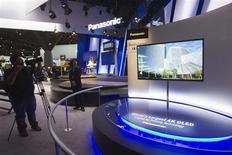 Televisão de 56'', 4K OLED, é exposta em stand da Panasonic durante o primeiro dia do Consumer Electronics Show em Las Vegas, EUA. A Panasonic está inclinada a se retirar de operações de TV de plasma como parte de uma estratégia do grupo de reduzir a participação dos negócios com televisores ao longo de três anos, a partir do próximo exercício fiscal, publicou o jornal Nikkei nesta segunda-feira. 08/01/2013 REUTERS/Steve Marcus