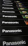 Imagen de archivo de una serie de logos de Panasonic en diversos productos de la firma en una tienda de artículos electrónicos en Tokio, nov 15 2012. La empresa japonesa Panasonic está inclinándose hacia un retiro de sus operaciones de televisión de plasma como parte de un plan para reducir su negocio de TV en un plazo de tres años, informó el lunes el diario Nikkei. REUTERS/Toru Hanai