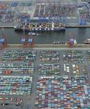 Le port de Hambourg, en Allemagne. Une batterie d'indicateurs (le chômage, les indices Ifo, Zew et PMI flash) attendus cette semaine outre-Rhin devrait conforter l'hypothèse d'un rebond de la première économie de la zone euro, accentuant son avantage sur la France et les pays du sud de l'Europe. /Photo prise le 23 septembre 2013/REUTERS/Fabian Bimmer