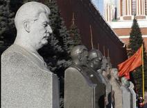 Бюсты советских вождей у Кремлевской стены. Фотография сделана 5 марта 2013 года в годовщину смерти Иосифа Сталина. Полицейские задержали в понедельник более десятка человек, развернувших на Красной площади баннер с нецензурным словом и зажегших файеры в знак протеста против ужесточения правил регистрации, которое критики президента Владимира Путина называют идущим вразрез с конституционным правом на свободу передвижения. REUTERS/Sergei Karpukhin