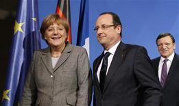 Relancer la croissance en Europe, tel était le thème du dîner qui a réuni lundi à Berlin François Hollande, Angela Merkel, José Manuel Barroso et des chefs d'entreprises invités à réfléchir sur la compétitivité dans l'Union européenne. /Photo prise le 18 mars 2013/REUTERS/Fabrizio Bensch