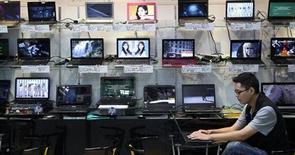 Les ventes mondiales d'ordinateurs, déjà pénalisées par l'essor des tablettes et des smartphones, sont en train de reculer davantage que prévu en raison de la faiblesse du marché chinois, selon le cabinet d'études IDC. /Photo d'archives/REUTERS/Pichi Chuang