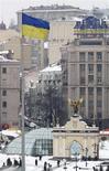 Украинский флаг развивается над Площадью Независимости в Киеве, 18 февраля 2010 года. Намерение Кипра ввести единоразовый налог на банковские депозиты не отразится на деятельности крупного украинского бизнеса, заявили представители компаний, но аналитики полагают, что поступление на Украину иностранных инвестиций, львиная доля которых имеет кипрскую прописку, может снизиться. REUTERS/Konstantin Chernichkin