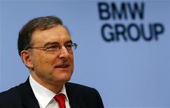 Le président du directoire de BMW, Norbert Reithofer. Le constructeur allemand s'attend à une quasi-stagnation de son bénéfice imposable cette année et à une hausse à un chiffre de ses ventes. /Photo prise le 19 mars 2013/REUTERS/Michael Dalder
