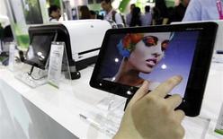 Tablette Acer Iconia A700. Le fabricant taïwanais s'attend à atteindre le point mort au premier trimestre grâce à l'envolée des livraisons de tablettes, après avoir accusé une perte plus lourde que prévu au quatrième trimestre qui a entraîné l'ensemble de l'exercice annuel dans le rouge. /Photo d'archives/REUTERS/Pichi Chuang
