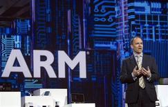 Warren East, le directeur général d'ARM, au CES de Las Vegas. L'action du concepteur britannique de puces recule mardi à la Bourse de Londres, réagissant à l'annonce mardi du départ du patron du groupe dont les processeurs sous licence équipent la plupart des smartphones. Warren East, qui a piloté la croissance exponentielle d'ARM pendant 12 ans, sera remplacé à partir de juillet par Simon Segars. /Photo prise le 9 janvier 2013/REUTERS/Steve Marcus