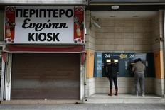 Distributeur de billets de banque à Nicosie. Le Parlement chypriote a entamé mardi l'examen du projet très controversé de taxation des dépôts bancaires prévu par le plan d'aide international accordé à Nicosie, qui vise à éviter l'effondrement du système bancaire et un défaut de l'Etat. L'issue du débat reste très incertaine car aucun parti ne détient la majorité au Parlement. /Photo prise le 19 mars 2013/REUTERS/Yorgos Karahalis