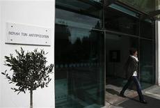 Devant le Parlement, à Nicosie. Le Parlement chypriote a rejeté mardi soir à une large majorité le projet de loi sur la taxation des comptes bancaires, condition du déblocage d'une aide financière internationale de 10 milliards d'euros. /Photo prise le 19 mars 2013/REUTERS/Yorgos Karahalis