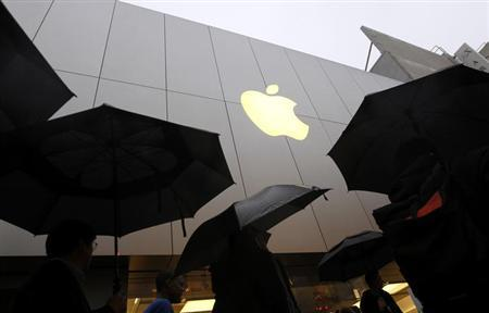 Customers enter the Apple flagship retail store to purchase the new iPad in San Francisco, California March 16, 2012. REUTERS/Robert Galbraith
