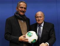 O presidente da Fifa, Joseph Blatter (D), e o ministro do Esporte, Aldo Rebelo, posam para foto após entrevista coletiva em Zurique nesta terça-feira. REUTERS/Michael Buholzer
