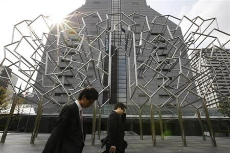 Office workers walk at a business district in Tokyo April 16, 2009. REUTERS/Kim Kyung-Hoon/Files