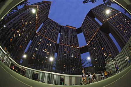 Residents play basketball at the 50-storey Pinnacle@Duxton public housing estate in Singapore in this January 15, 2013 file photograph. REUTERS/Edgar Su/Files