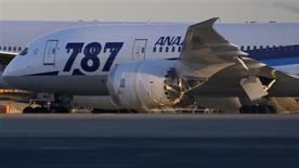 """Selon une source, All Nippon Airways (ANA), plus important client du Boeing 787 """"Dreamliner"""", veut que l'avionneur américain lui verse une compensation en numéraire pour les pertes occasionnées par l'immobilisation au sol de l'appareil, rejetant l'option de rabais sur l'achat de prochains avions. /Photo prise le 29 janvier 2013/REUTERS/Toru Hanai"""