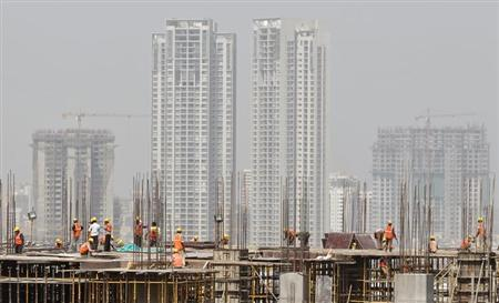 Labourers work at a construction site of a commercial complex in Mumbai April 26, 2012. REUTERS/Vivek Prakash/Files