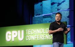 Le directeur général de Nvidia, Jen-Hsun Huang lors du salon GPU Technology de San José en 2010. Le fabricant américain de puces graphiques a présenté un serveur permettant aux ordinateurs d'entrée de gamme d'exécuter des tâches graphiques intensives, ainsi que la prochaine génération de ses puces pour mobiles. /Photo d'archives/REUTERS/Robert Galbraith
