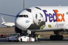 Le bénéfice trimestriel de FedEx a baissé de 31% à 361 millions de dollars contre 521 millions sur la période correspondante un an plus tôt, en raison de charges de restructuration et du ralentissement de ses activités de fret express. /Photo prise le 15 janvier 2012/REUTERS/Benoît Tessier