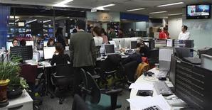 Computadores são vistos com problemas após um ataque de hackers a principal redação da emissora YTN, em Seul. Autoridades sul-coreanas investigam um ataque de hackers que derrubou os servidores de três emissoras de TV e dois grandes bancos. 20/03/2013 REUTERS/Divulgação/YTN