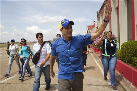 Venezuela's opposition leader and presidential candidate Henrique Capriles (C) waves to supporters as he arrives to a rally in Ciudad Bolivar at the southern state of Bolivar March 19, 2013. REUTERS/Carlos Garcia Rawlins