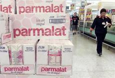 Le groupe laitier Parmalat s'attend à une hausse de l'ordre de 5% de son résultat brut d'exploitation et de son chiffre d'affaires en 2013 grâce à ses nouveaux produits. Le producteur de lait de longue conservation et d'en-cas au fromage a annoncé qu'il verserait un dividende de 0,039 euro par action au titre de 2012. /Photo d'archives/REUTERS/Bruno Domingos