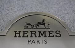 Табличка с логотипом Hermes на здании магазина в Нью-Йорке, 18 марта 2013 года. Маржа операционной прибыли Hermes достигла в прошлом году самой высокой с момента проведения листинга в 1993 году отметки благодаря устойчивому спросу на изделия из кожи ручной работы и шелковые платки. REUTERS/Brendan McDermid