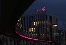 Deutsche Telekom a reçu l'accord définitif de la commission des Investissements étrangers aux Etats-Unis (CFIUS) pour la fusion de sa filiale américaine T-Mobile USA avec l'américain MetroPCS. /Photo d'archives/REUTERS/Ina Fassbender