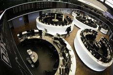 Торговый зал фондовой биржи во Франкфурте-на-Майне, 30 декабря 2010 года. Европейские акции снижаются на фоне слабых данных Германии, которые еще больше расстроили инвесторов, озабоченных долговым кризисом Кипра. REUTERS/Alex Domanski