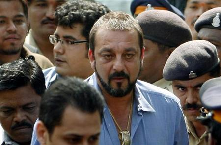 Bollywood star Sanjay Dutt (in blue) arrives at a special court in Mumbai October 22, 2007. REUTERS/Punit Paranjpe/Files