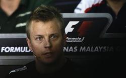 Piloto de F1 da equipe Lotus, Kimi Raikkonen fala durante coletiva de imprensa no circuito Sepang International, antes do GP da Malasia, no qual obteve sua primeira vitória na Fórmula 1. 21/03/2013. REUTERS/Tim Chong