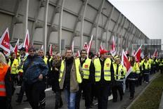 Employees of German air carrier Lufthansa take part in a five-hour warning strike, following a pay dispute, represented by German united services union Ver.di at the Fraport airport in Frankfurt March 21, 2013. REUTERS/Lisi Niesner