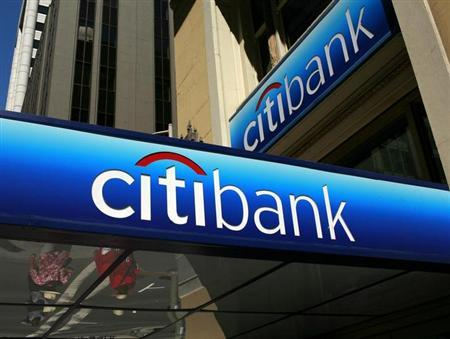 People walk beneath a Citibank branch logo in the financial district of San Francisco, California July 17, 2009. REUTERS/Robert Galbraith